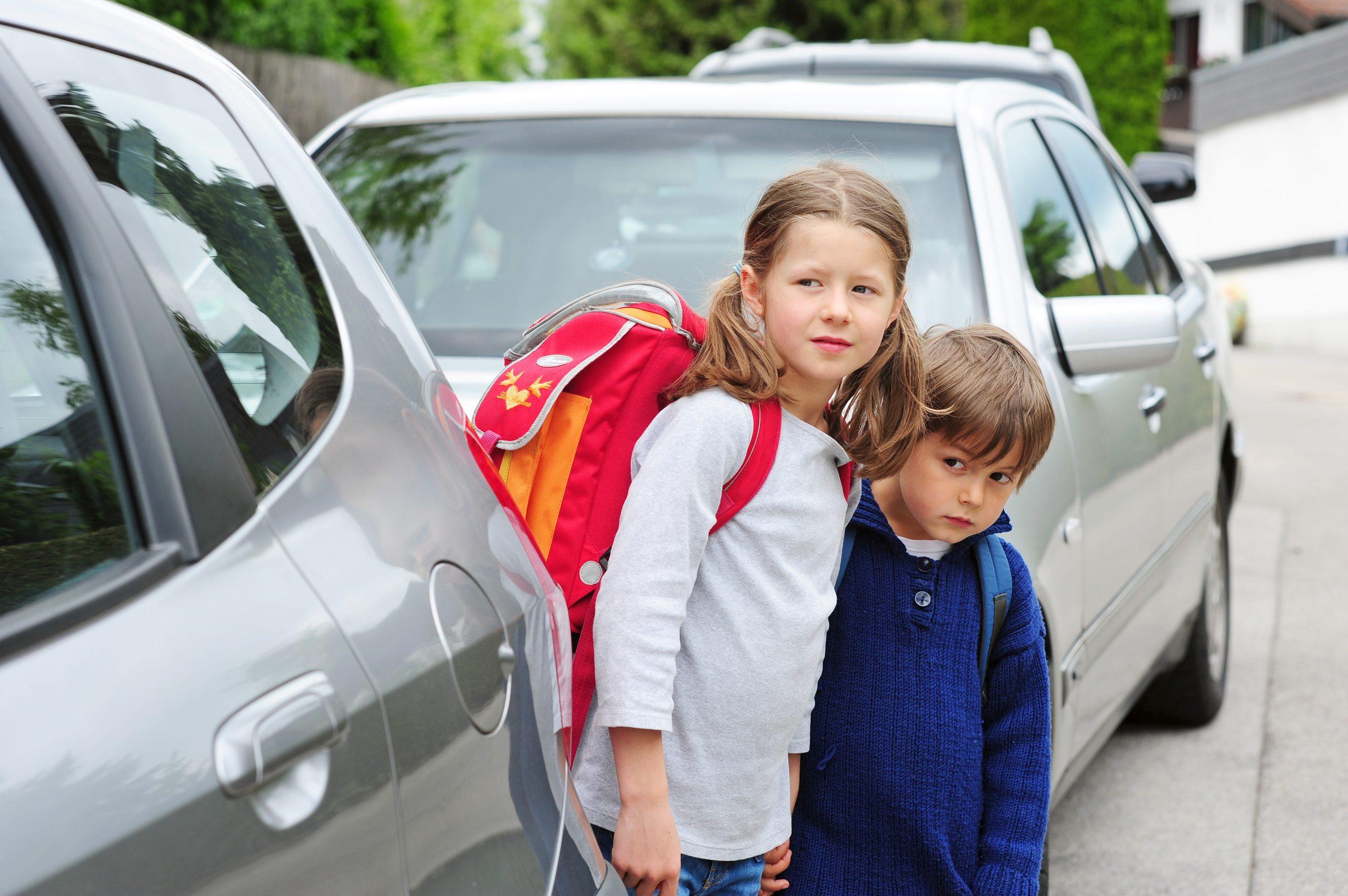 Ecomobilité scolaire - enfants devant voiture